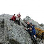 薬師岳の花崗岩の塊に登って・ヤッホー