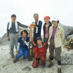 白い花崗岩で覆われた薬師岳山頂にて