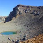 青い空と紺碧の火口湖