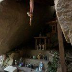 六甲比命大善神社の祠・岩の割れ目に祀ってあります