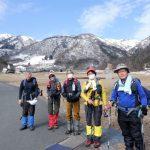 後方に冠雪の赤坂山が