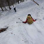 下山は尻スキーで