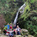 滝の前で集合写真