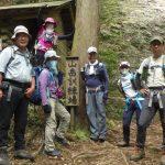 大きな岩壁のある山岳訓練場