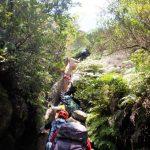 私たちは横の岩場を登りました